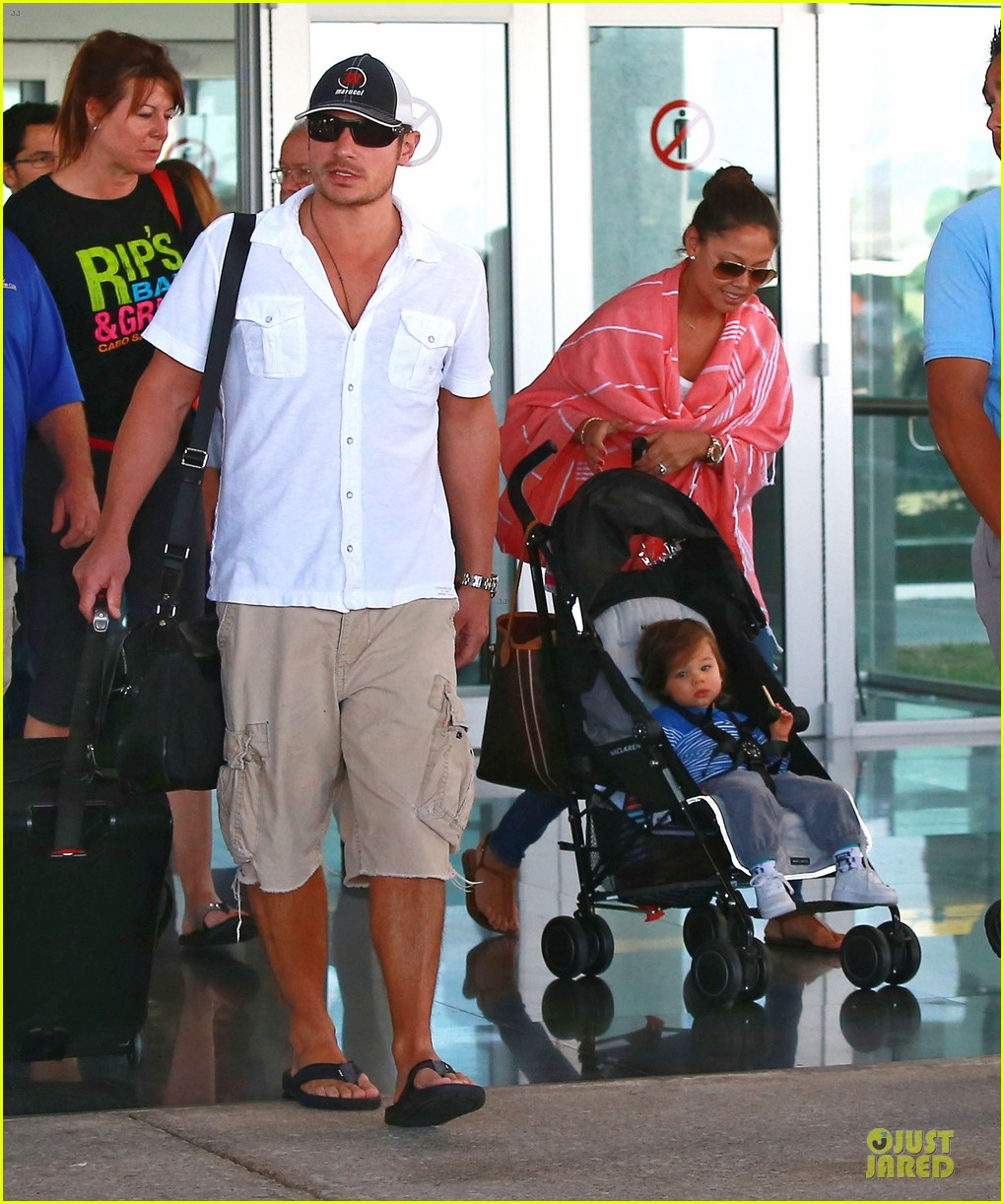 nick lachey cabo san lucas arrival with vanessa minnillo 10