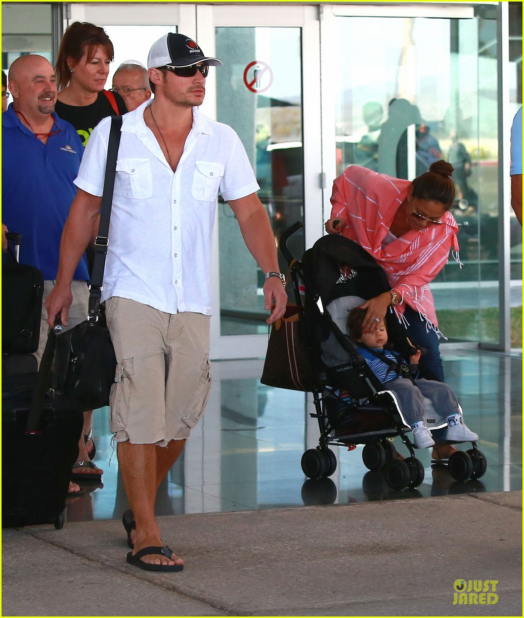 nick lachey cabo san lucas arrival with vanessa minnillo 12