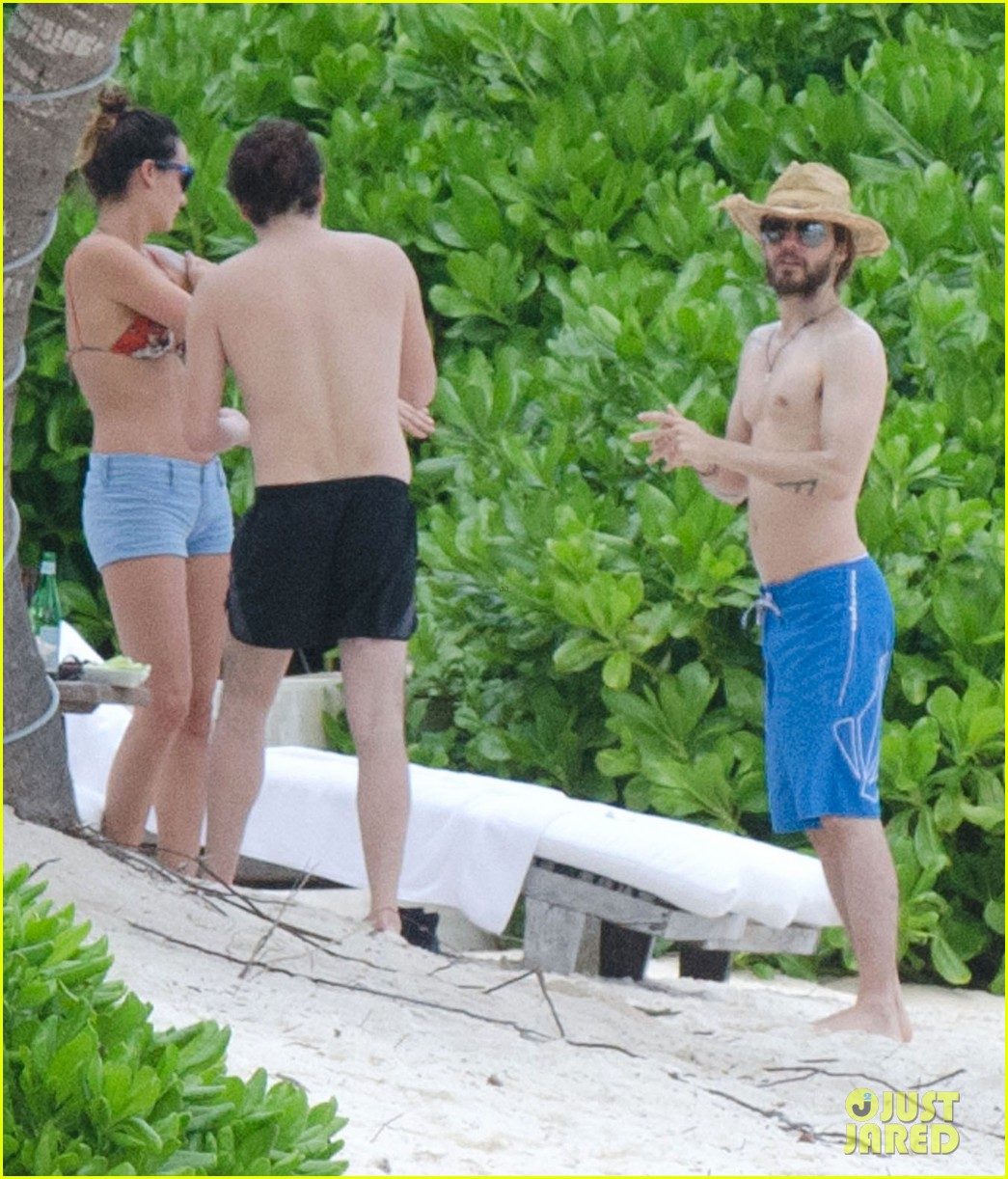 jared leto spends the weekend shirtless in mexico 03