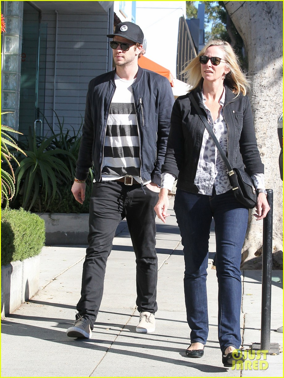 liam hemsworth browses furniture with mom leonie 15