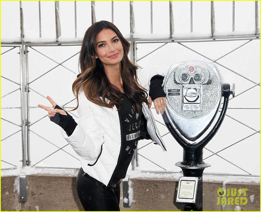 lily aldridge empire state building snow day 043009089
