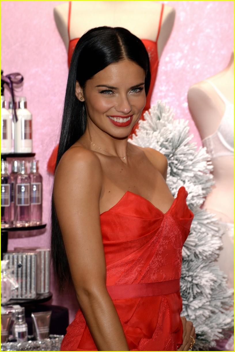 adriana lima karlie kloss victorias secret celebrates holiday 143008573