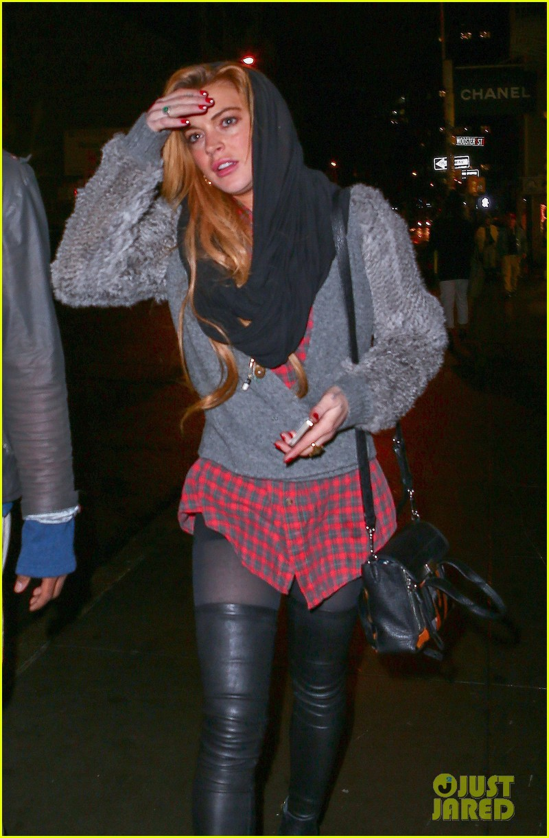lindsay lohan goes pantsless for last minute shopping trip 153017162