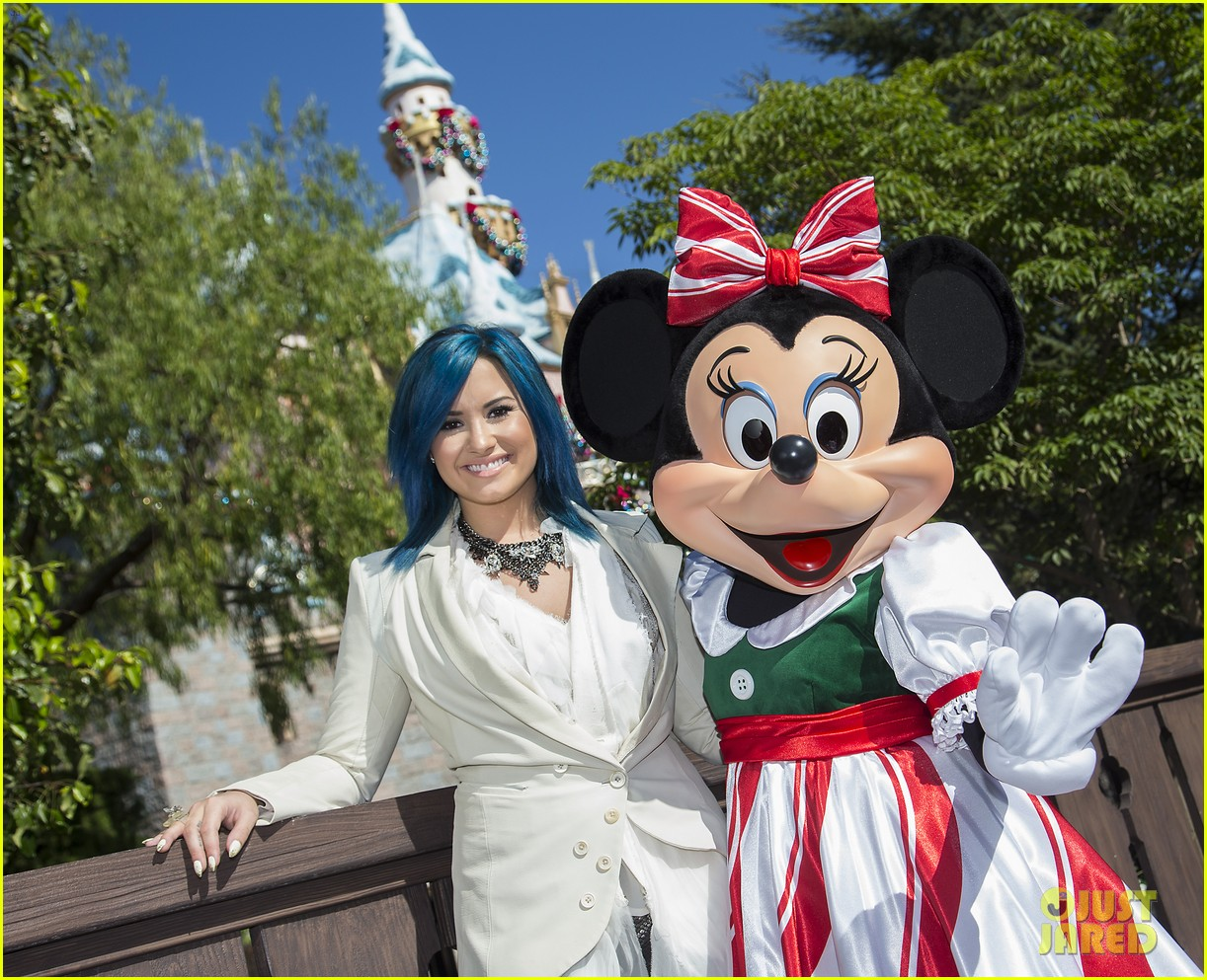 demi lovato sings let it go at disney christmas parade video 02
