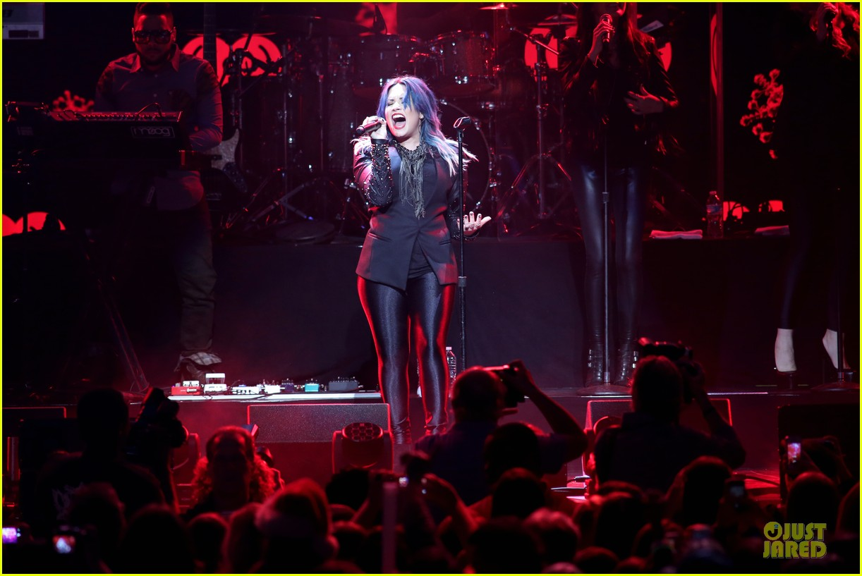 demi lovato performs at y100 jingle ball 2013 01
