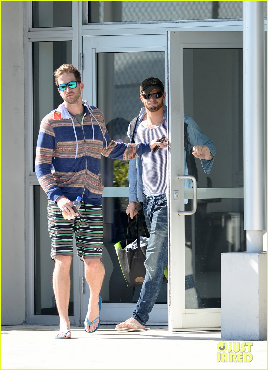miley cyrus kellan lutz arrive on same private jet 07