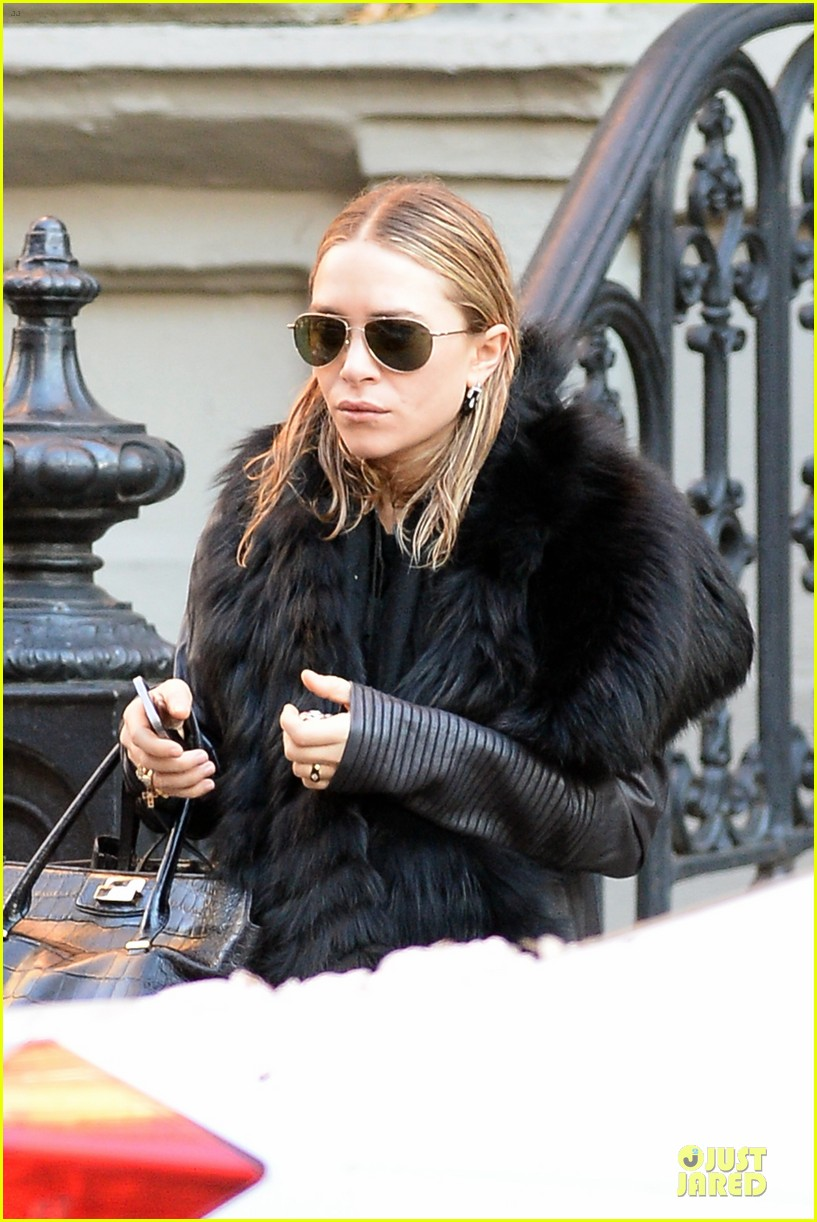 mary kate olsen sports ring on left ring finger 143011544