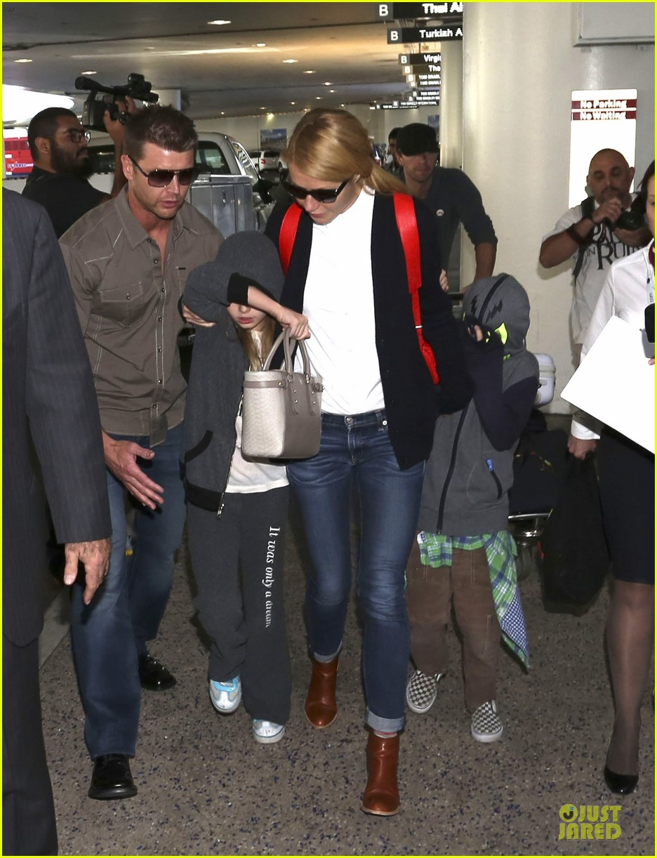 gwyneth paltrow chris martin lax arrival after christmas 03
