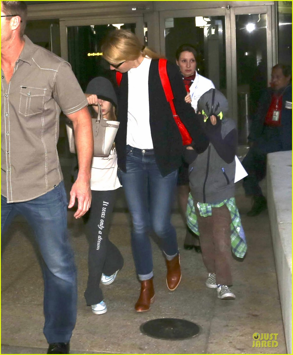gwyneth paltrow chris martin lax arrival after christmas 06