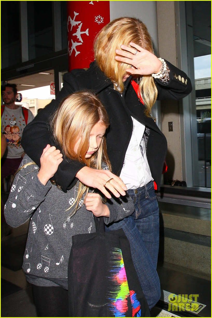 gwyneth paltrow rushes into lax airport with daughter apple 02