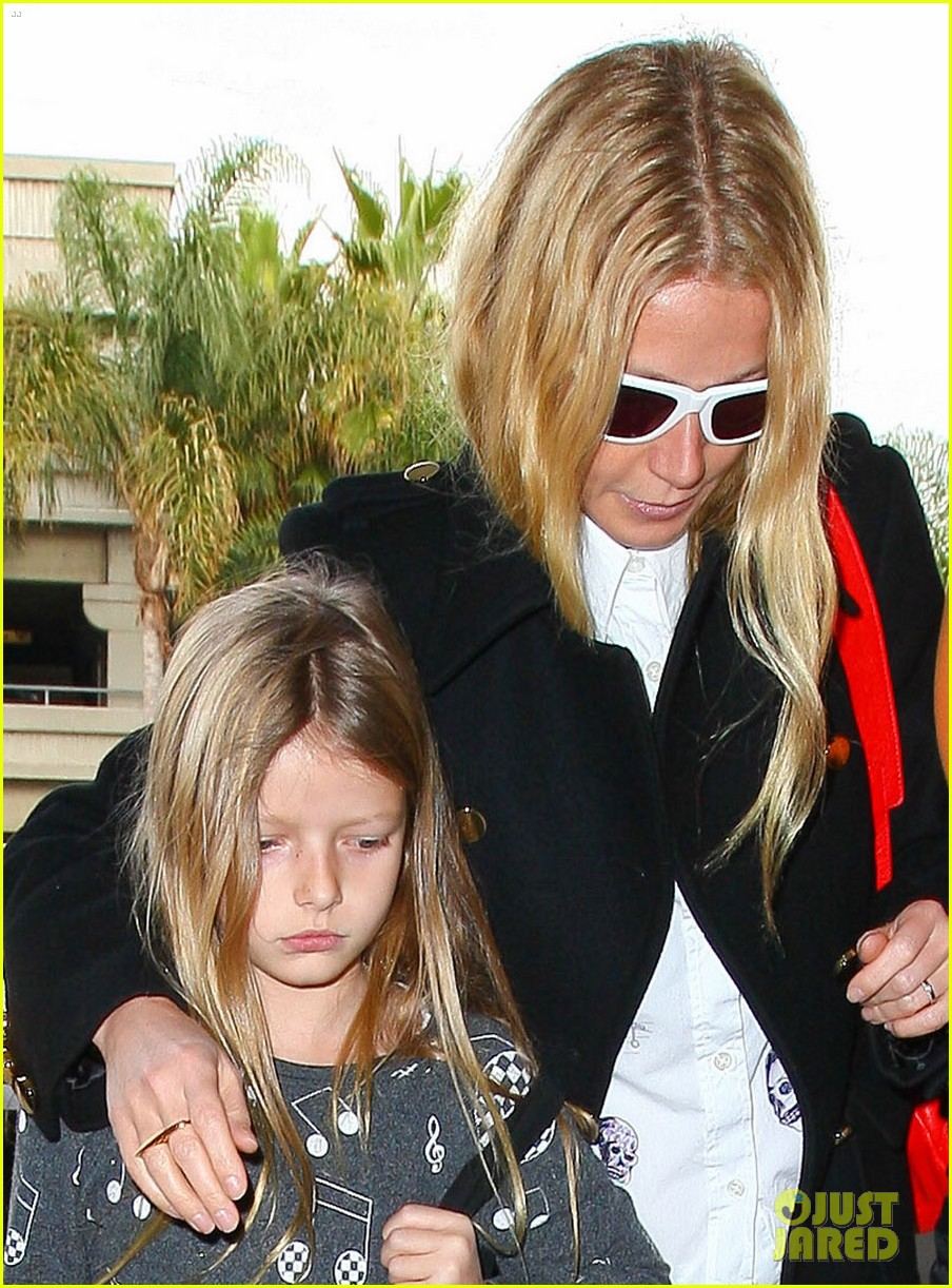 gwyneth paltrow rushes into lax airport with daughter apple 04