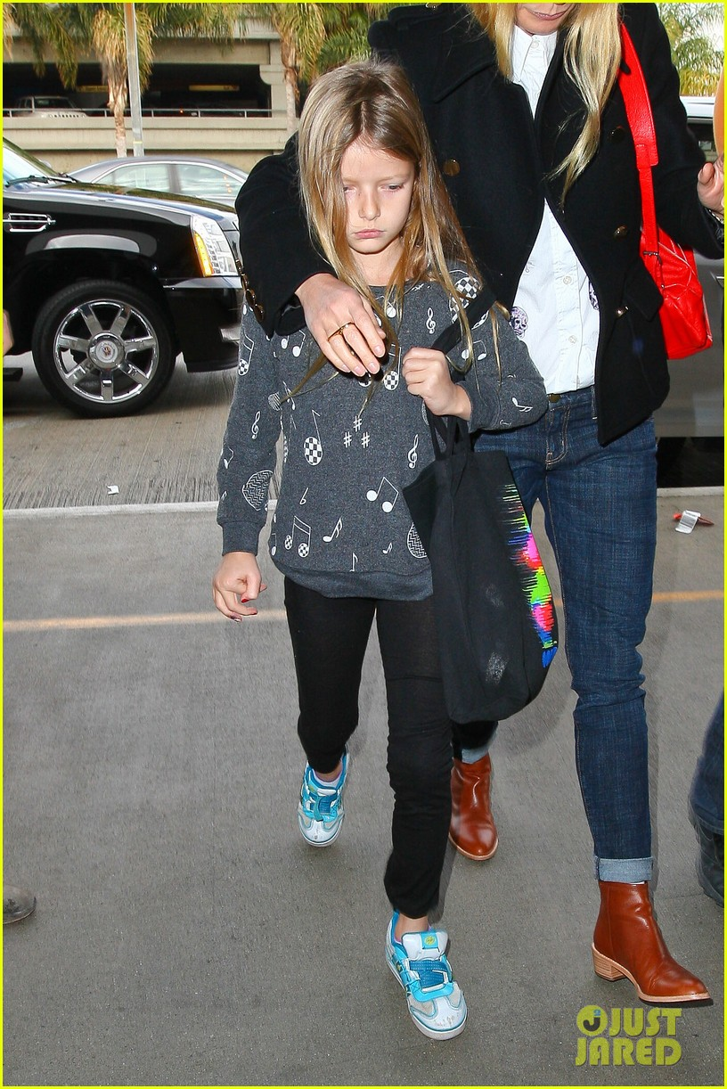 gwyneth paltrow rushes into lax airport with daughter apple 07