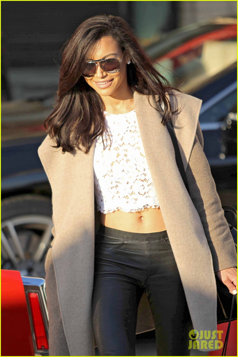 naya rivera bares amazing toned abs for holiday shopping 013016403