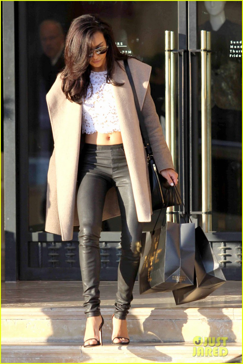 naya rivera bares amazing toned abs for holiday shopping 053016407