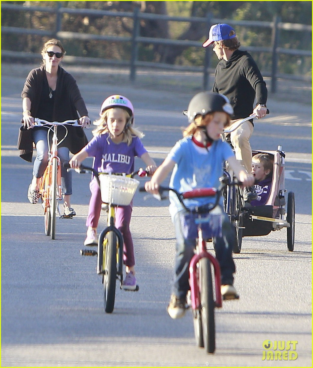 julia roberts family bike ride with the kids 02