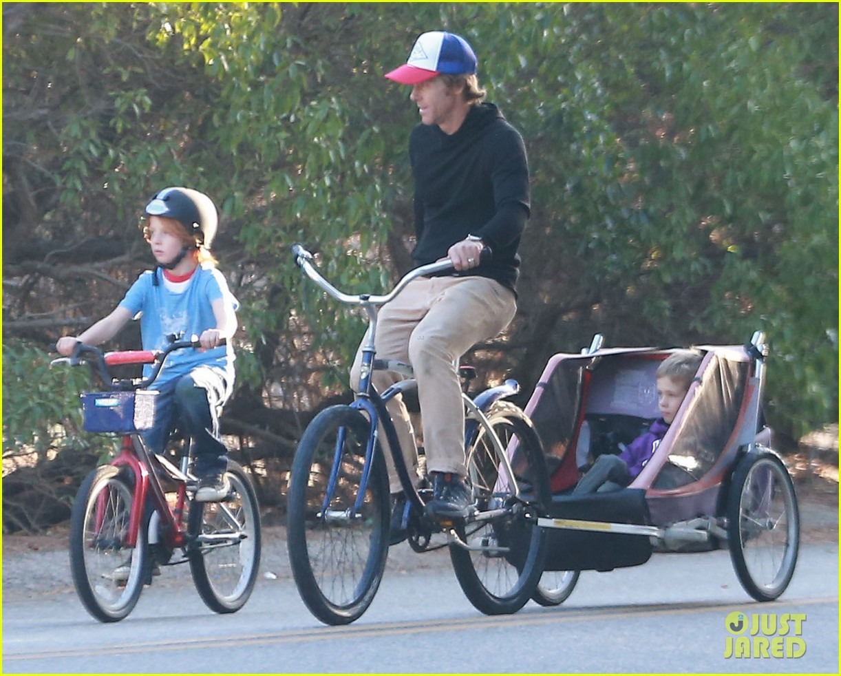 julia roberts family bike ride with the kids 04