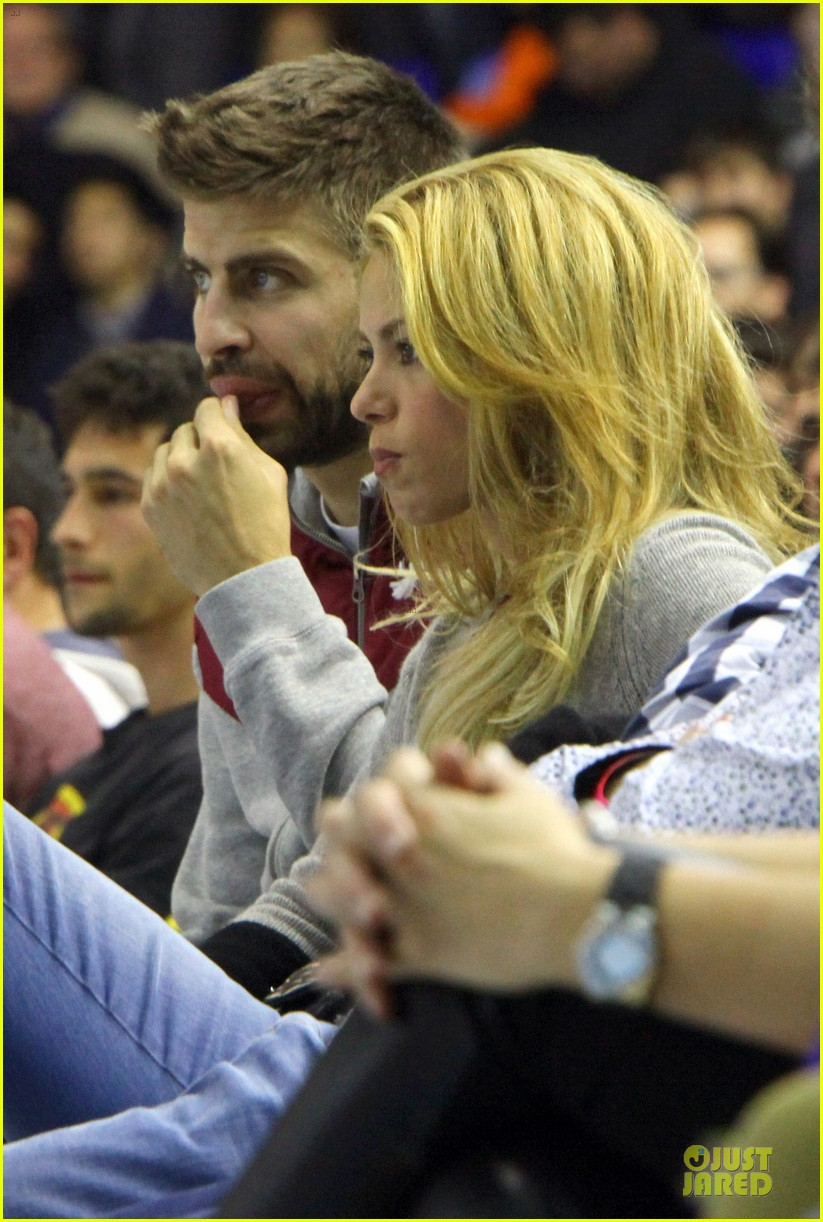 shakira courtside at barcelona basketball game 04