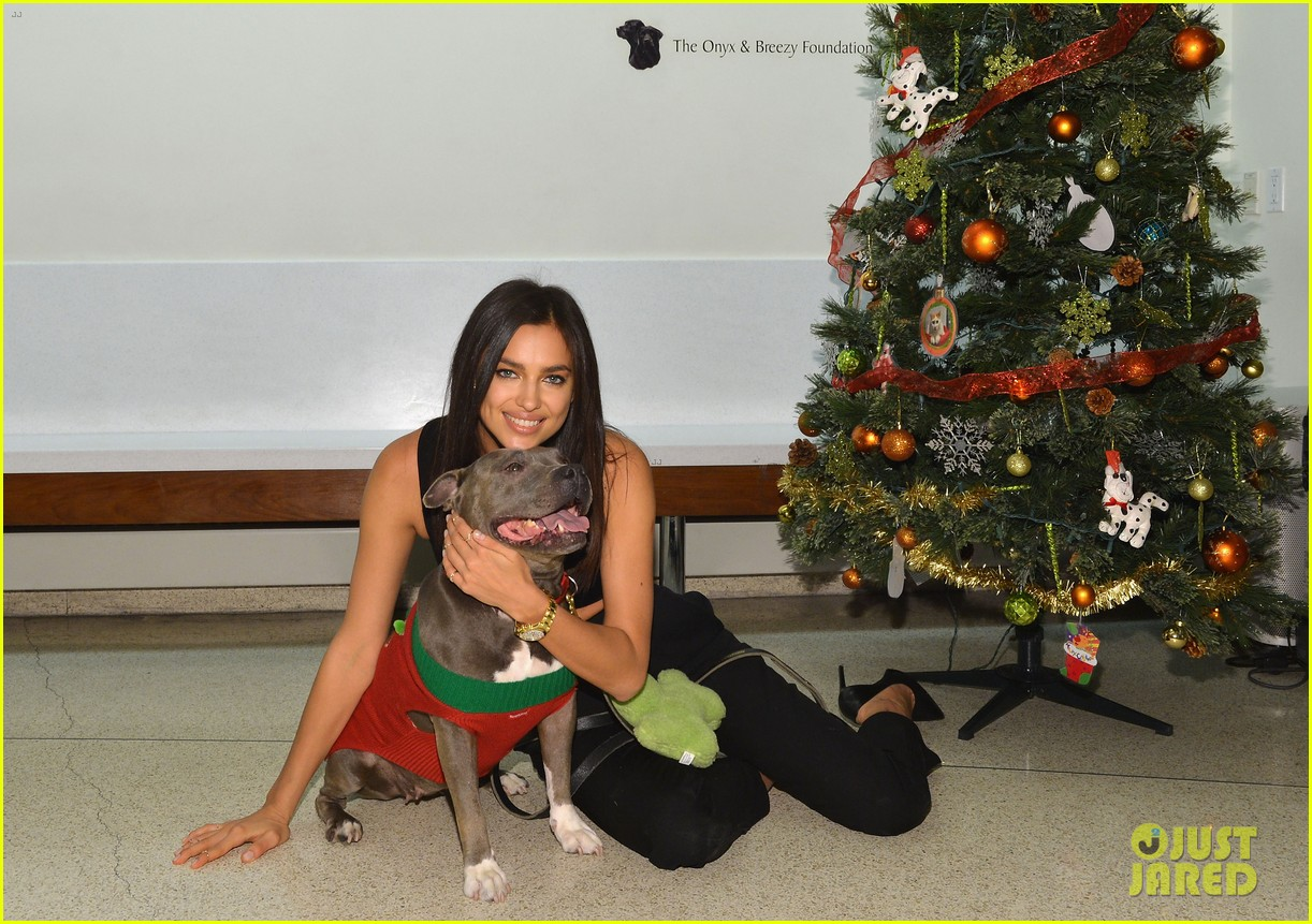 irina shayk meets adorable pitbull dog at aspca event 05