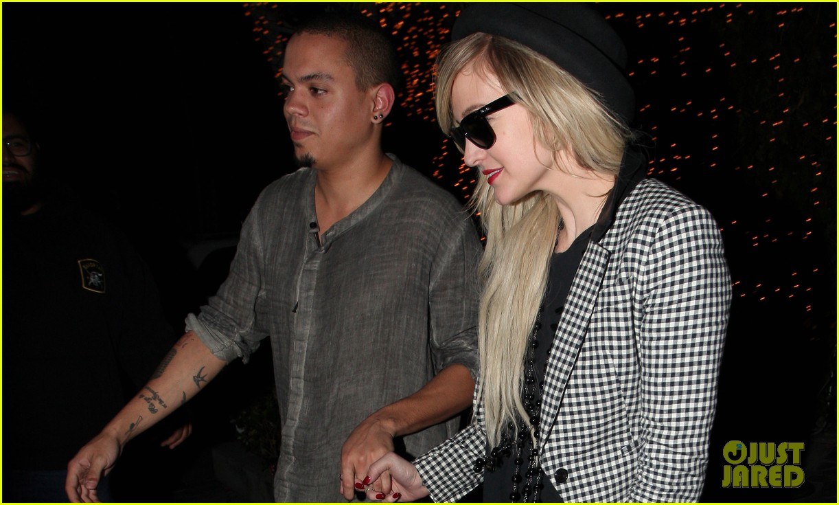 ashlee simpson evan ross hold hands after dinner date 023016576