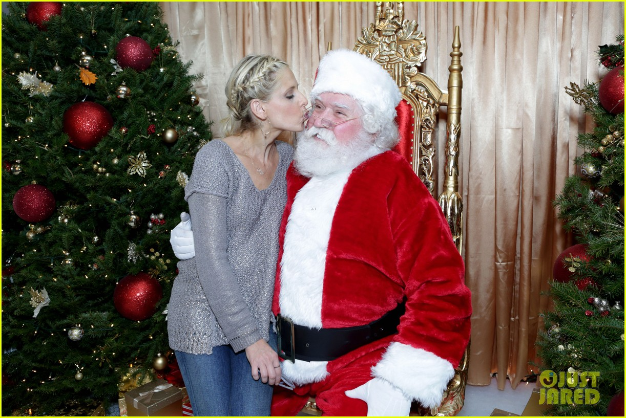 sarah michelle gellar malin akerman sit on santas lap 06