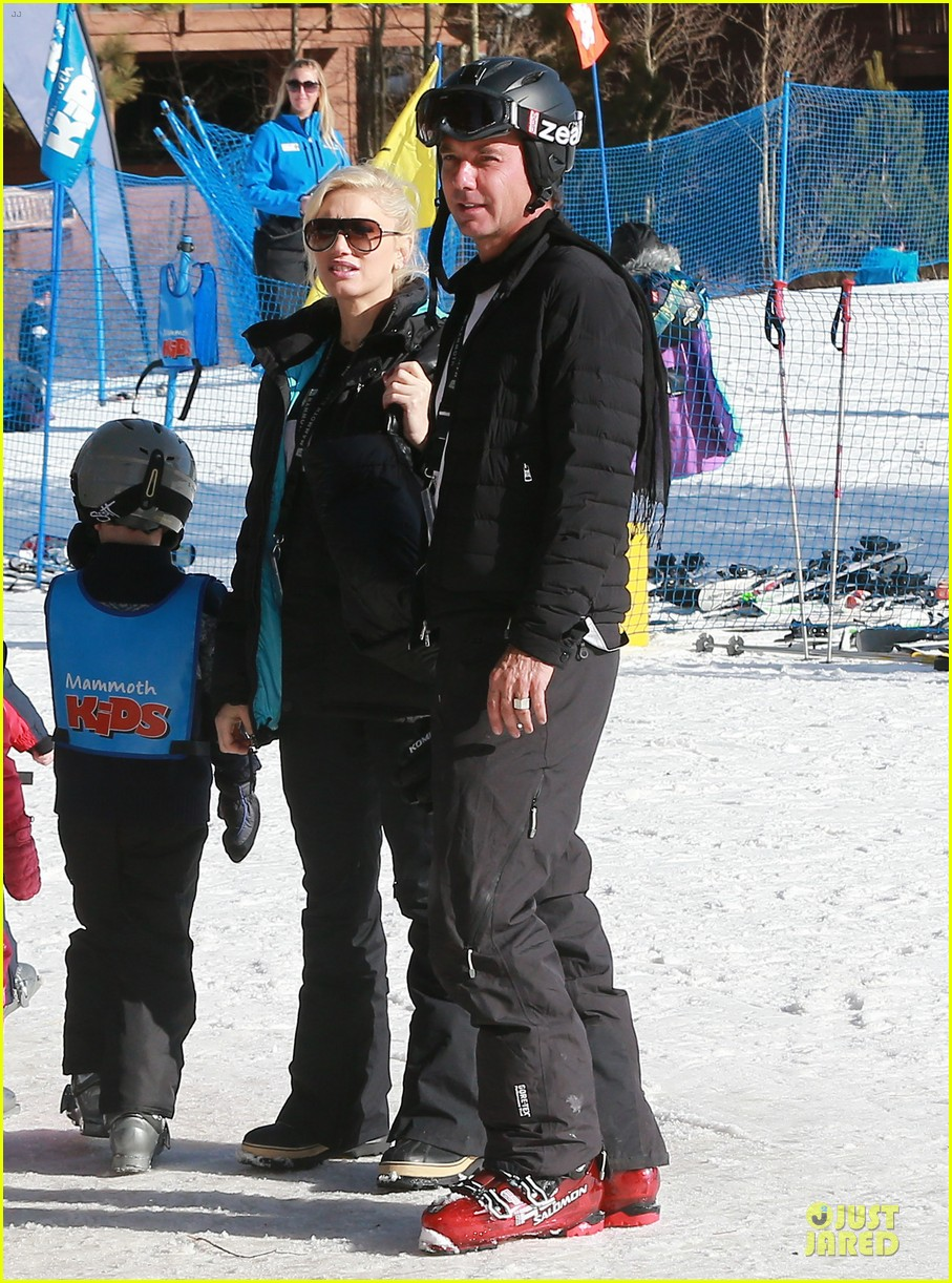 gwen stefani seal warm hug in snowy mammoth 01
