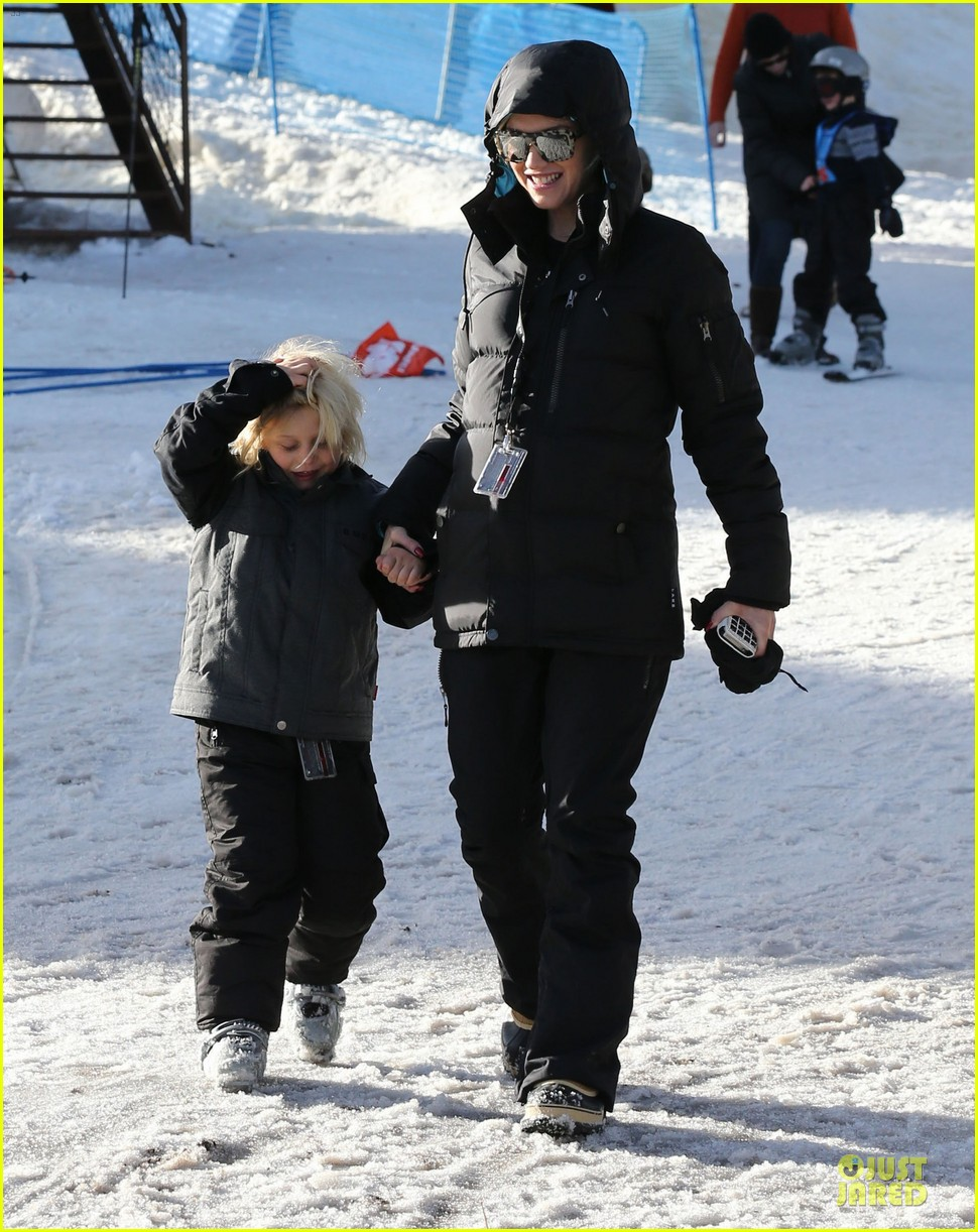 gwen stefani seal warm hug in snowy mammoth 033020115