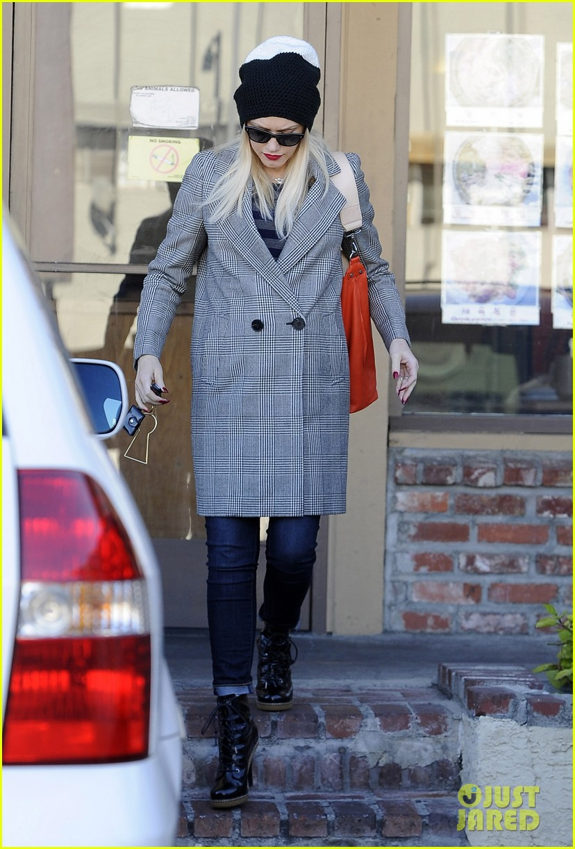 gwen stefani shops toys books to prep for holidays 07