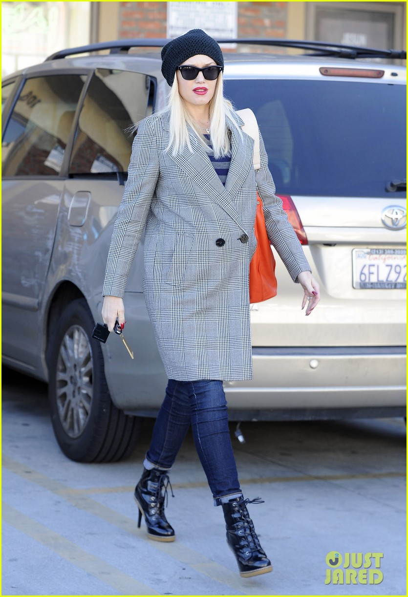 gwen stefani shops toys books to prep for holidays 093010726