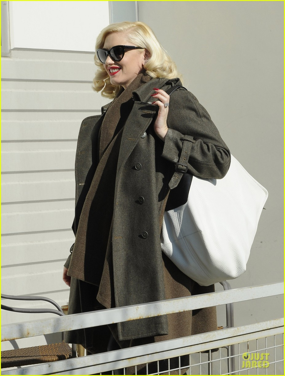 gwen stefani hides baby bump with wool coat 063015726