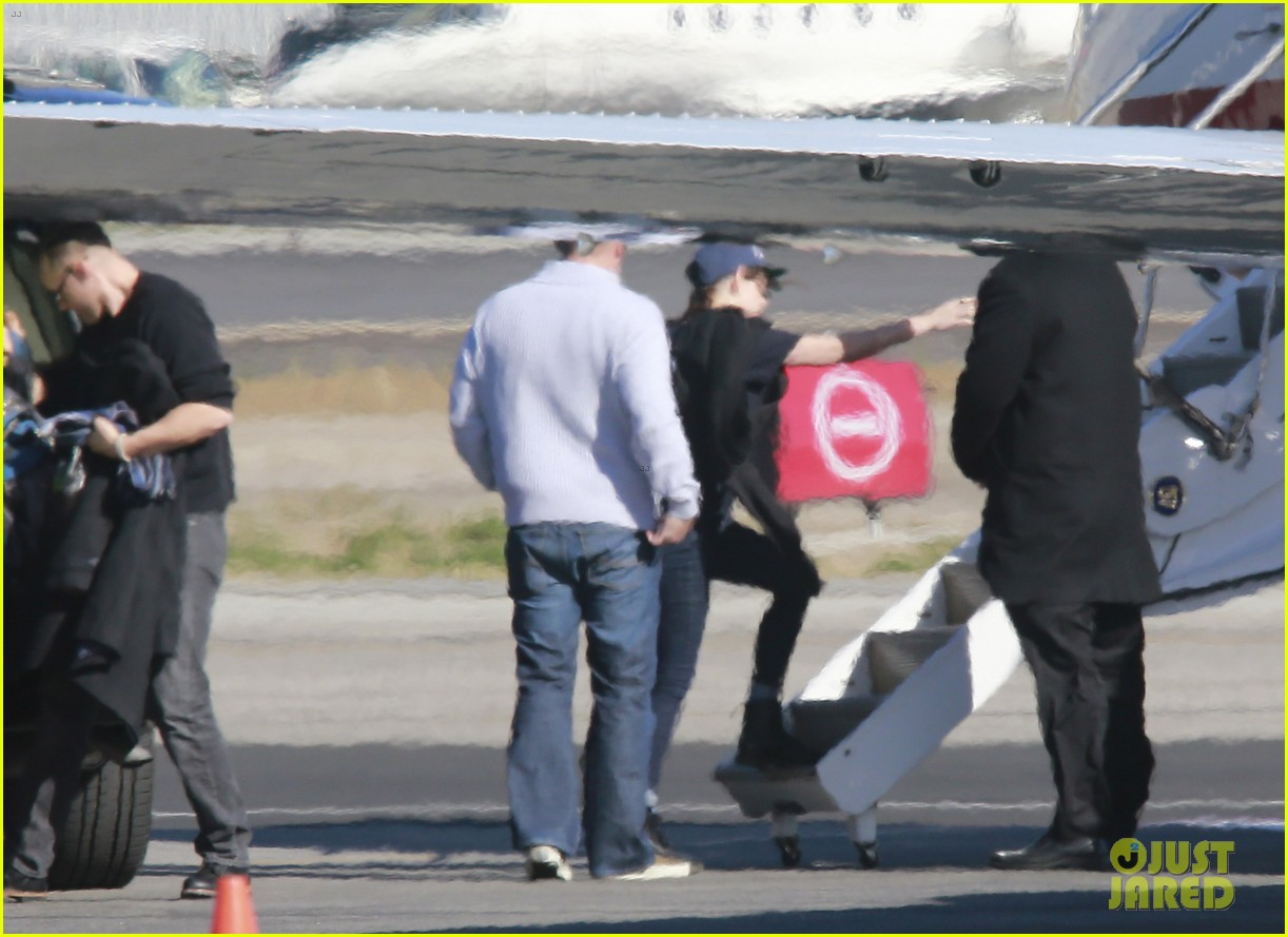 kristen stewart catches a flight out of van nuys airport 093008459