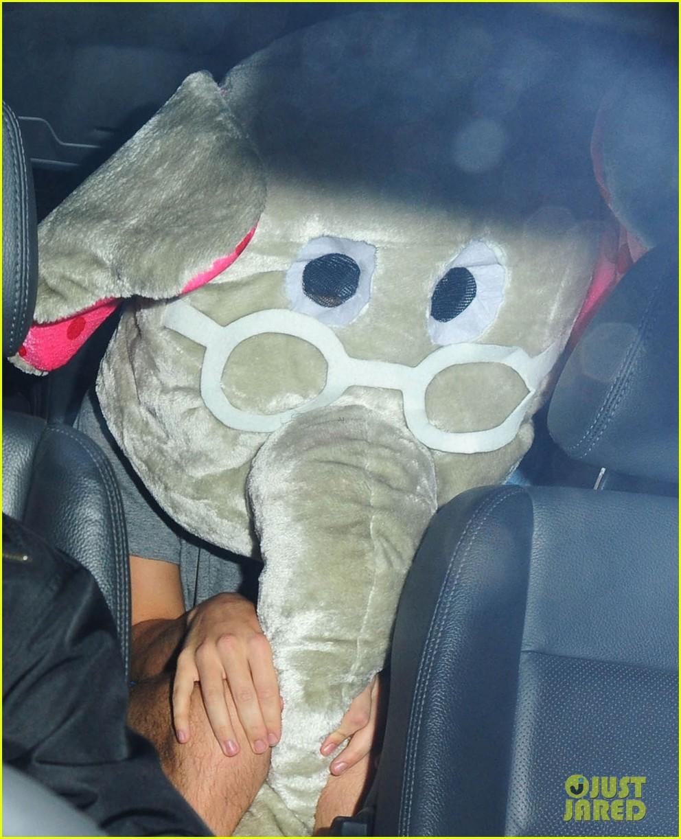 harry styles wears blonde wig elephant head at nightclub 02