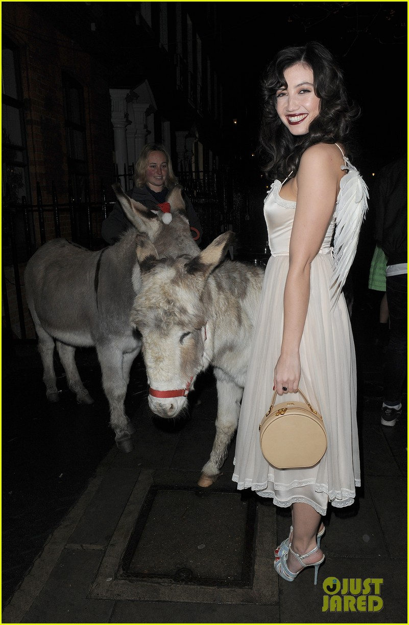 suki waterhouse daisy lowe love magazine holiday party 05