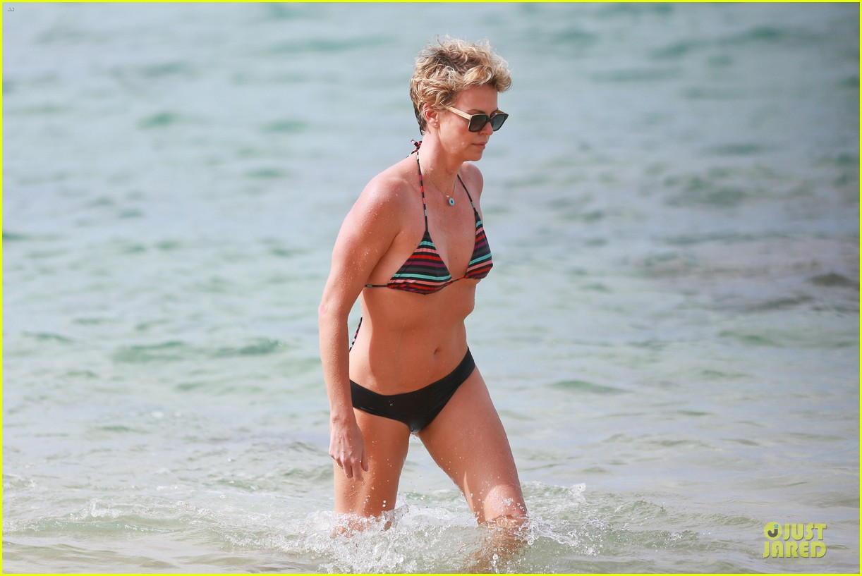 charlize theron colorful hawaiian bikini babe 16