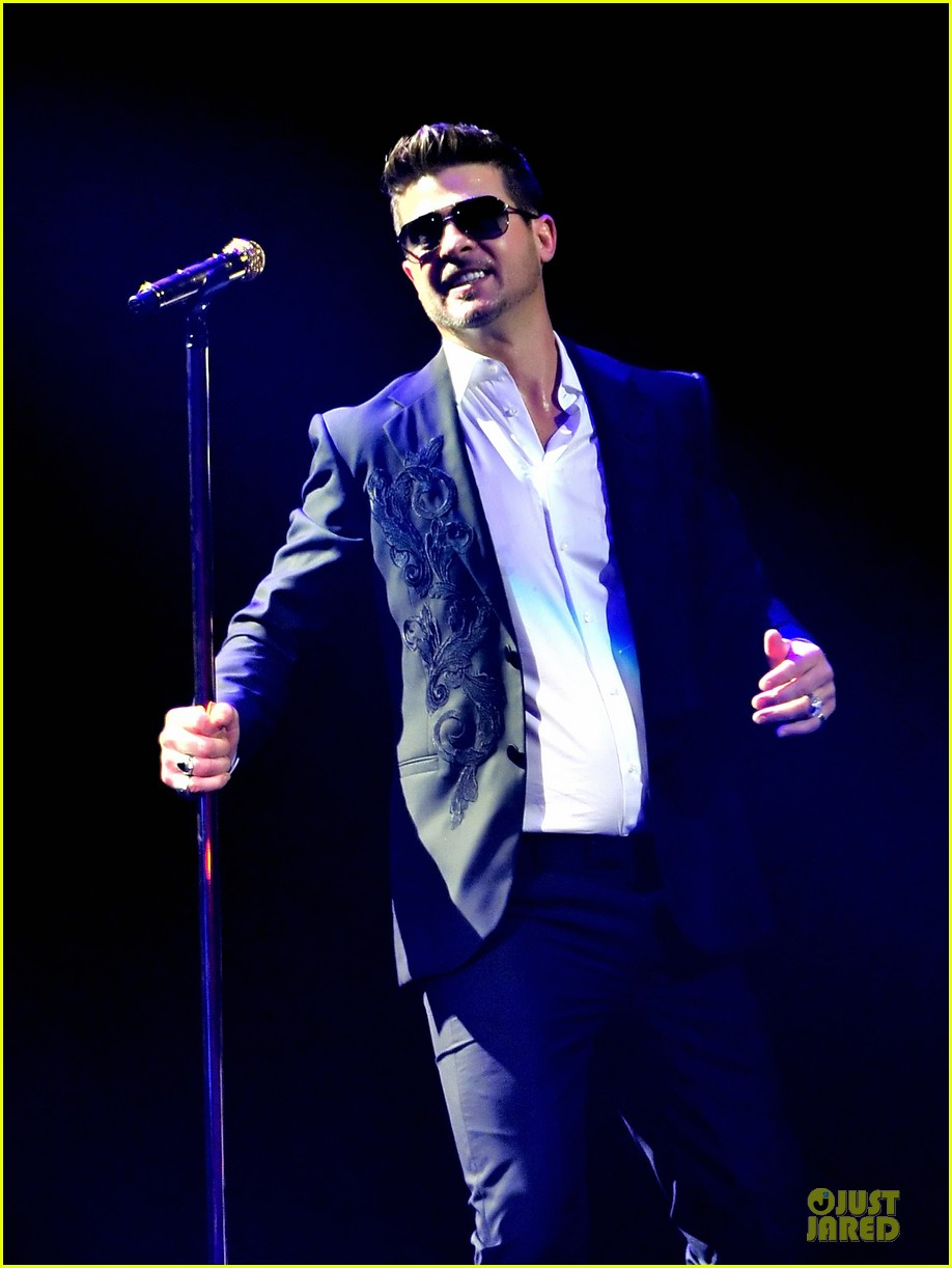 robin thicke enrique iglesias 1061 kiss fm jingle ball 023003862