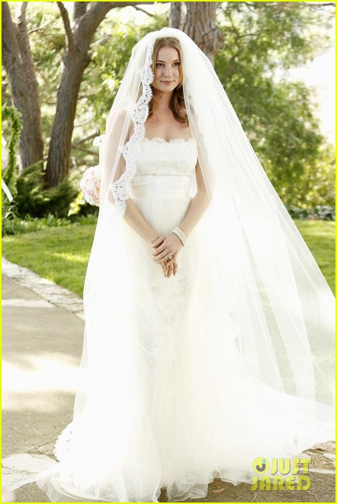 emily vancamp josh bowman revenge wedding pics 03