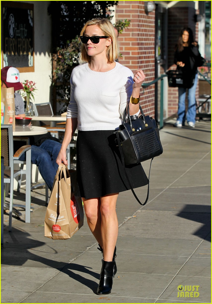 reese witherspoon grocery run after morning workout 05