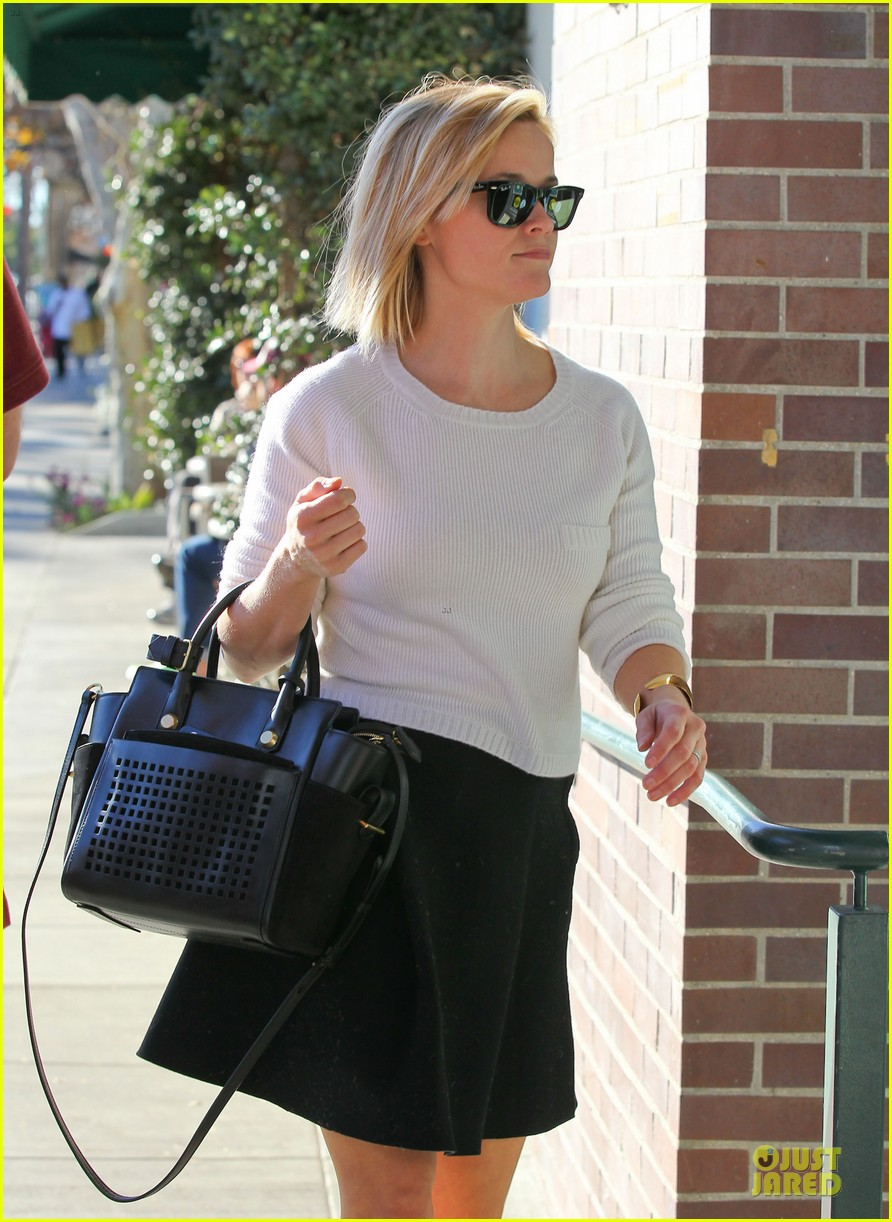 reese witherspoon grocery run after morning workout 11