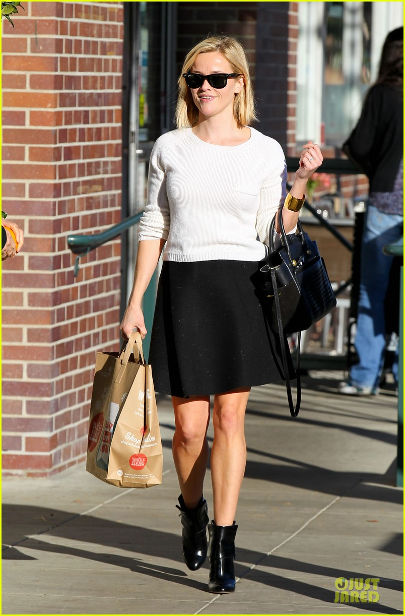 reese witherspoon grocery run after morning workout 123010366