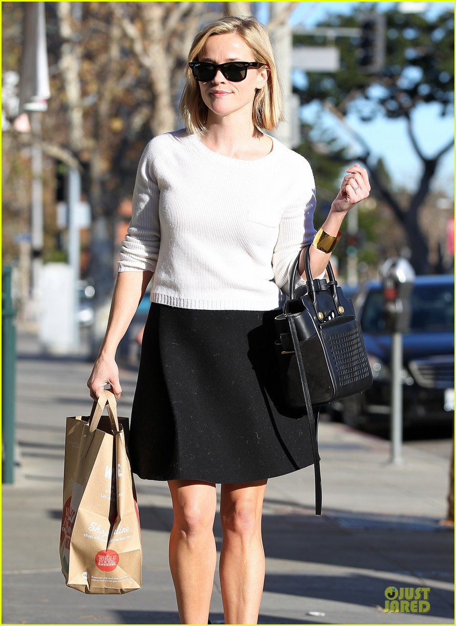 reese witherspoon grocery run after morning workout 29