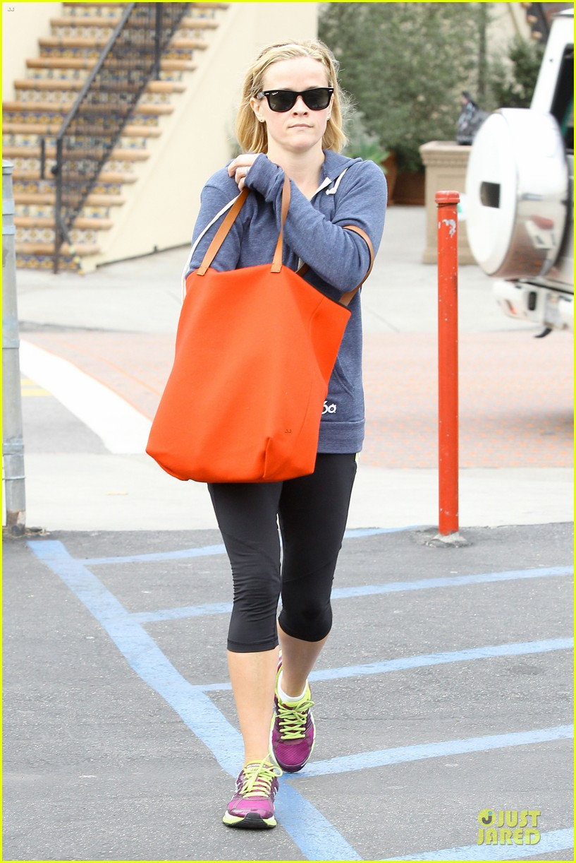 reese witherspoon club monaco shopping after workout 133004463