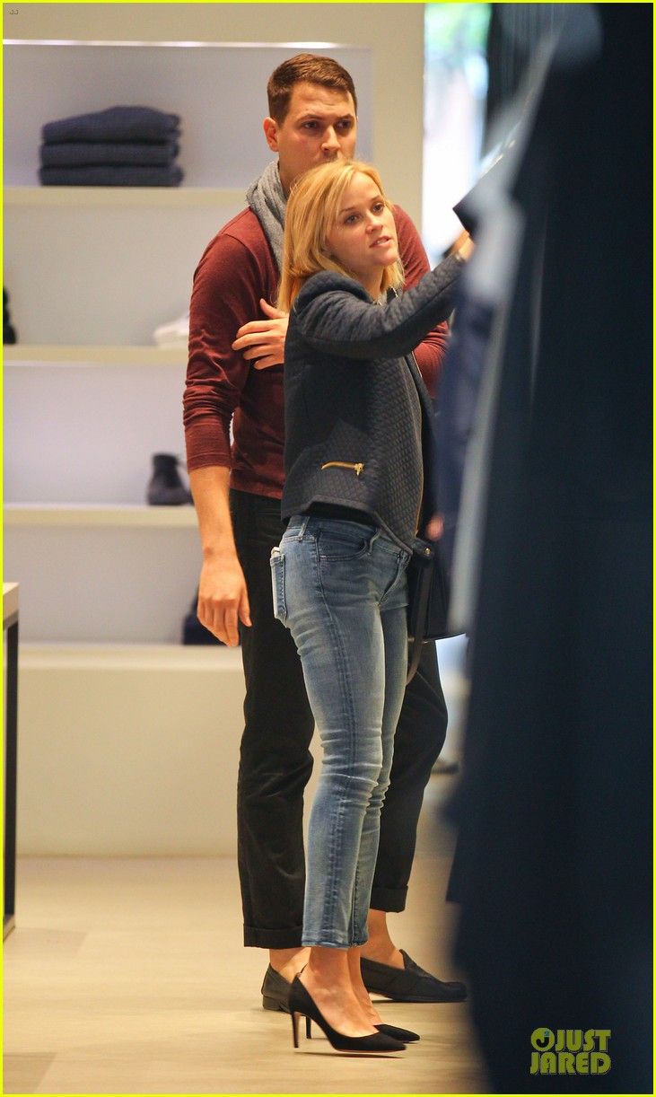 reese witherspoon club monaco shopping after workout 273004477