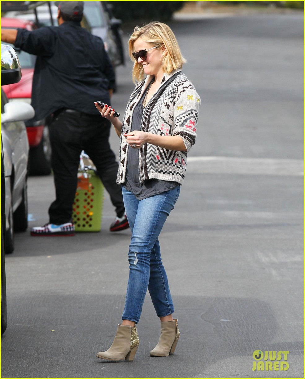 reese witherspoon rocks her skinny jeans while out with tennessee 18
