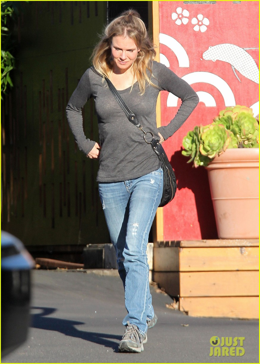 renee zellweger post christmas lunch with her parents 01