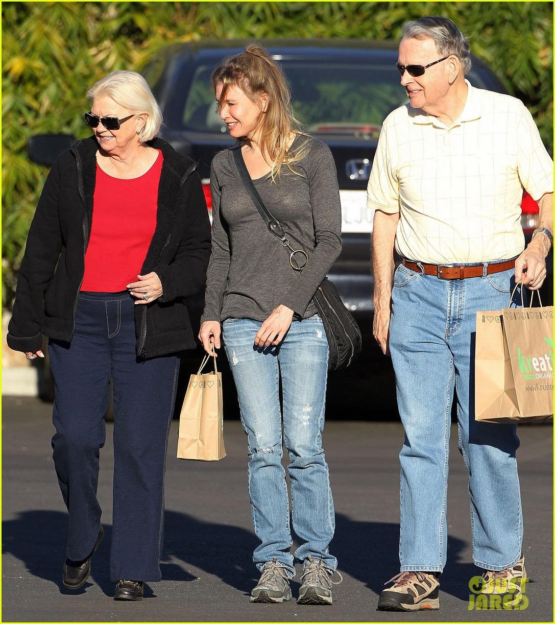 renee zellweger post christmas lunch with her parents 05