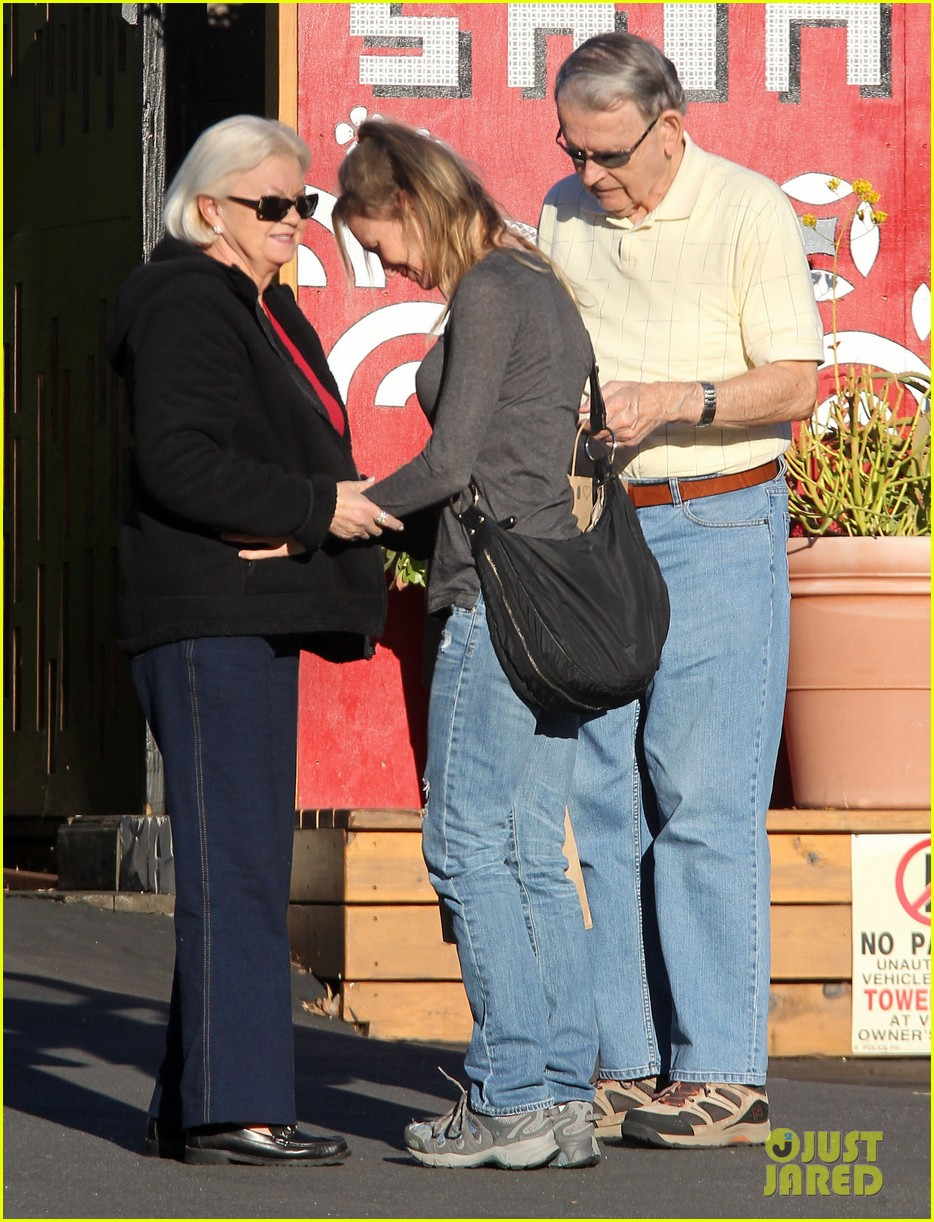 renee zellweger post christmas lunch with her parents 18