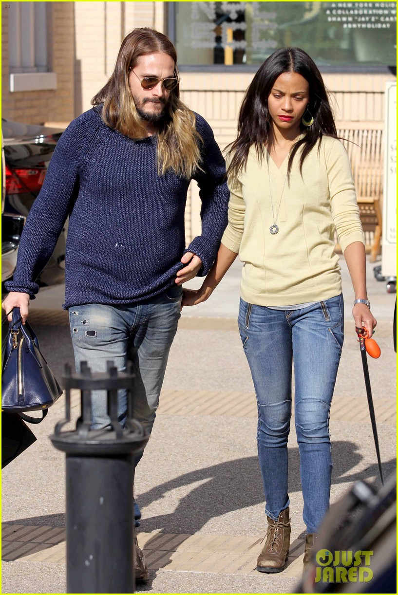 zoe saldana marco perego christmas shopping couple 01