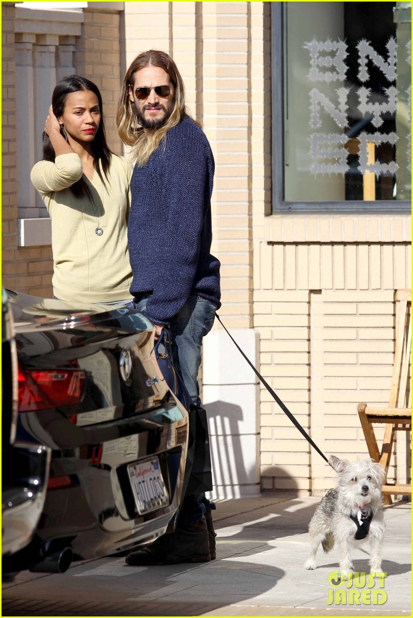 zoe saldana marco perego christmas shopping couple 07