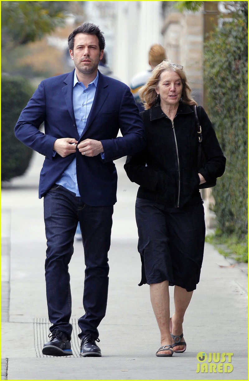 ben affleck is a mommas boy takes mom to the theater 02