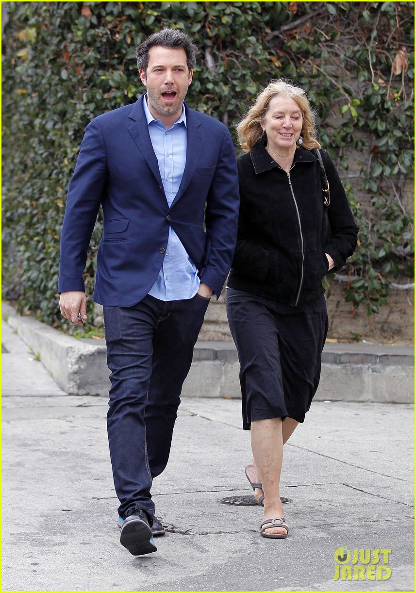 ben affleck is a mommas boy takes mom to the theater 03