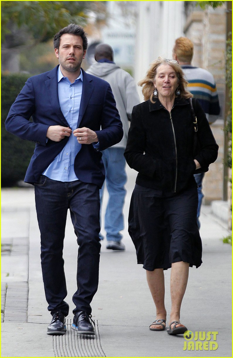 ben affleck is a mommas boy takes mom to the theater 07